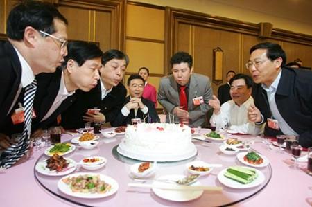 组图:重庆团五代表集体过生日
