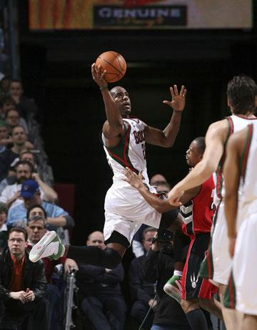 图文:[NBA]猛龙108-93雄鹿 里德突破上篮