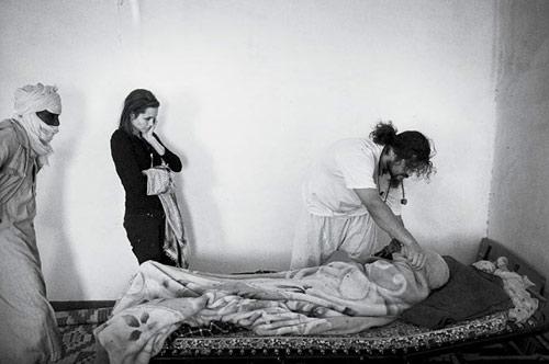 组图:茱莉探访苏丹难民营 自称在绝望中度日