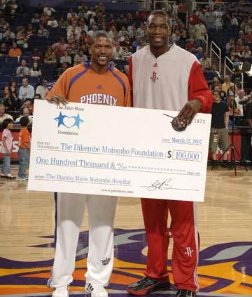 图文:[NBA]火箭VS太阳 穆大叔获10万美元捐款