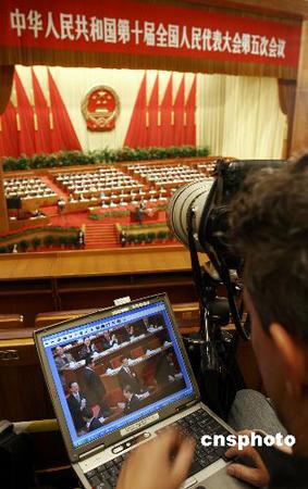 图文:媒体记者争分夺秒现场发稿