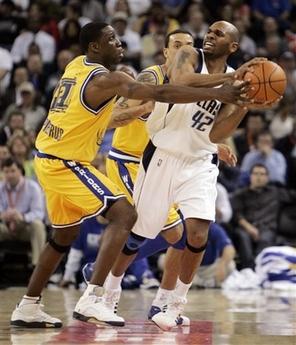 图文:[NBA]小牛100-117勇士 斯塔克豪斯遭犯规