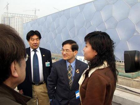 两会列席代表参观水立方 预计工程十月竣工(图)