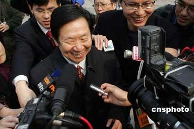 图文:陈佐洱在全国人大会议被记者围追采访