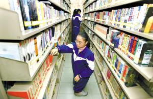 学校图书馆里常常能看到伦婉晴的身影。 骆昌威 摄