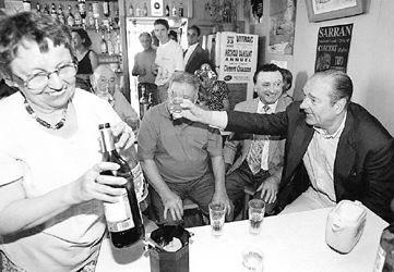 希拉克在萨朗一家小酒馆喝酒。