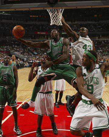 图文:[NBA]公牛胜凯尔特人 华莱士篮下勾手