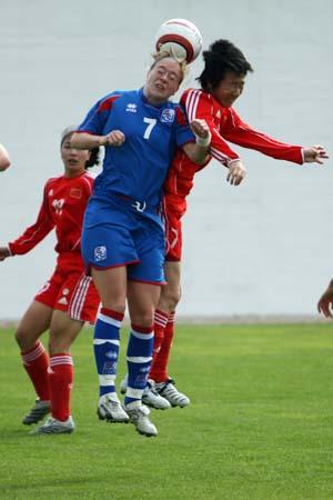 图文:[阿杯]女足1-4冰岛 毕妍头球争顶