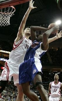 图文:[NBA]火箭VS快船 姚明阻击布兰德