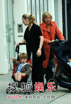温丝莱特带儿逛街 母亲兼身保姆略显狼狈(图)
