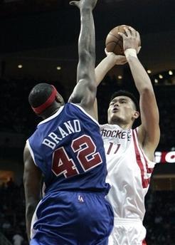 图文:[NBA]火箭胜快船 姚明后仰投篮