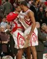 图文:[NBA]火箭惊险胜快船 霍华德与队友庆祝