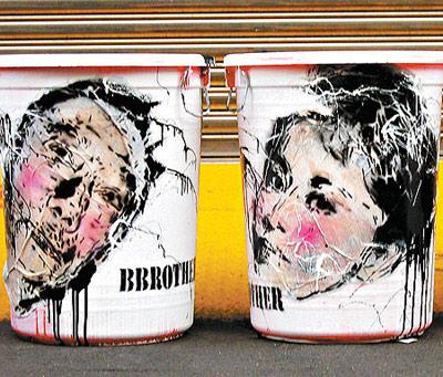 刘嘉玲郭台铭肖像被画在垃圾桶上