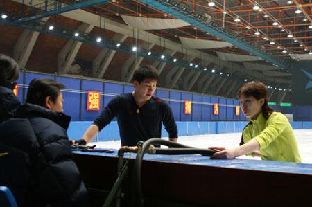 图文:世锦赛进入倒记时 张丹张昊场边放松