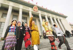 图文:委员们走出人民大会堂
