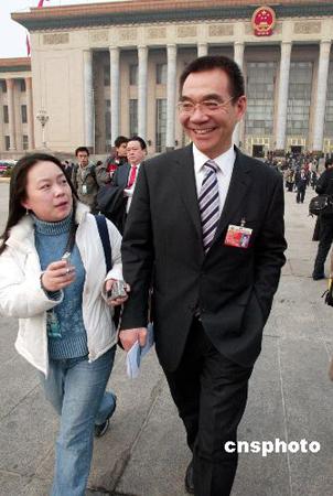 图文:政协会议闭幕 女记者意犹未尽追问林毅夫