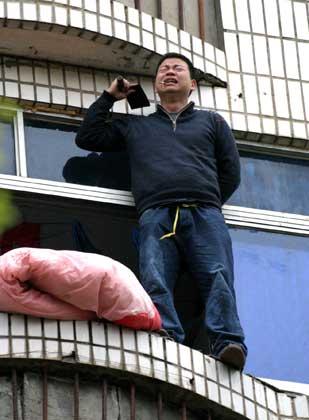 手持菜刀作出要自杀的样子