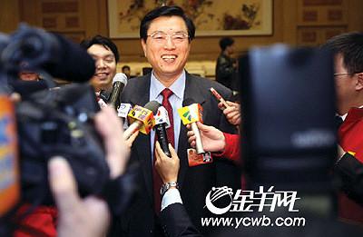昨天,张德江在广东代表团驻地亲切会见赴京采访报道两会的广东记者。