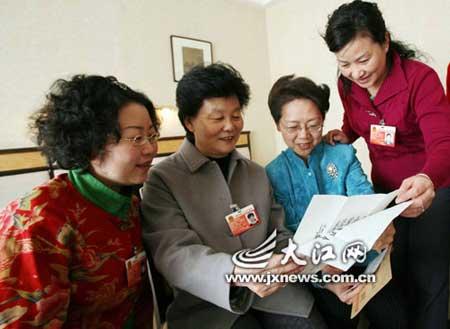 3月16日,江西代表团代表们来到刘艳琼代表房间,传阅温家宝总理给孩子们的回信。