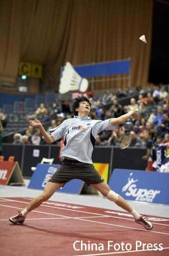 图文:瑞士羽毛球公开赛 鲍春来头顶劈杀