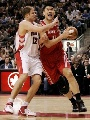 图文:[NBA]火箭VS猛龙 姚明突破上篮
