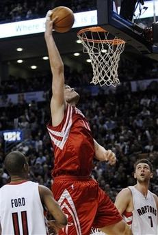 图文:[NBA]火箭VS猛龙 姚明单手扣篮
