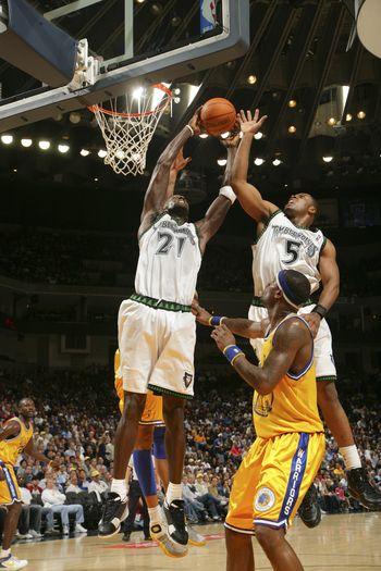 图文:[NBA]勇士擒森林狼 加内特精彩篮板