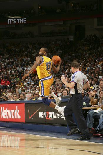 图文:[NBA]勇士擒森林狼 戴维斯界外救球