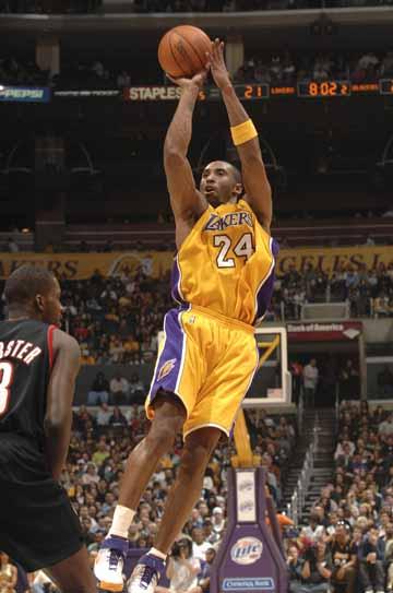 图文:[NBA]湖人胜开拓者 科比跳投出手