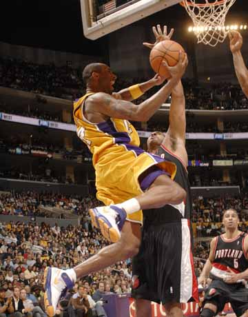 图文:[NBA]湖人胜开拓者 科比底线进攻