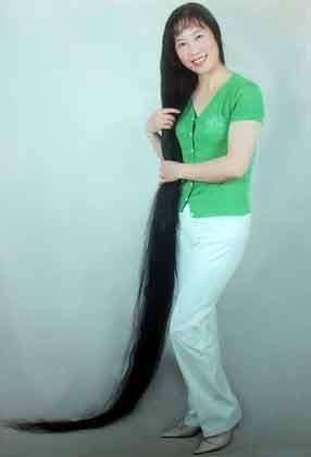 随着年龄渐长,身体机能和发质的退化,原来一直舍不得剪去长发的吕凤琴图片