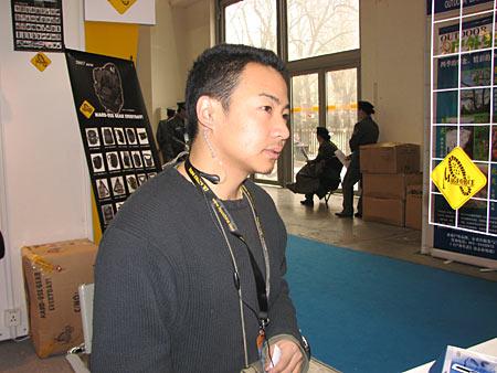 秦先生和他佩戴的新产品