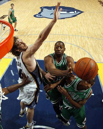 图文:[NBA]灰熊擒公牛 加索尔篮下防守