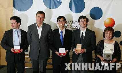 资料图片:2006年8月22日,几名获奖者在西班牙首都马德里举行的2006国际数学家大会上,他们分别是本届菲尔茨奖得主文德林·维尔纳(法国,左一)、安德烈·奥昆科夫(俄罗斯,左二)、陶哲轩(澳大利亚,左三)以及内万林纳奖得主克莱因伯格(美国,右二)、高斯奖得主伊藤清(日本)的女儿(右一)。本届菲尔茨奖的另一名得主是俄罗斯的格里戈里·佩雷尔曼。 新华社/法新