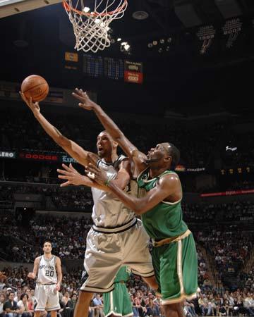 图文:[NBA]凯尔特人胜马刺 邓肯篮下强攻