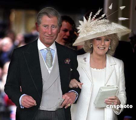 资料图片:2005年4月9日,英国王储查尔斯与恋人卡米拉在温莎堡举