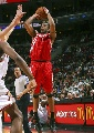 图文:[NBA]火箭VS76人 麦迪三分出手