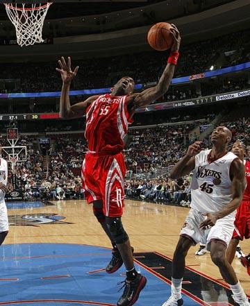 图文:[NBA]火箭VS76人 穆大叔咆哮摘板