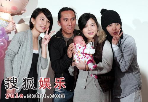 组图:动力火车成员女儿满月 SHE抢抱小宝贝