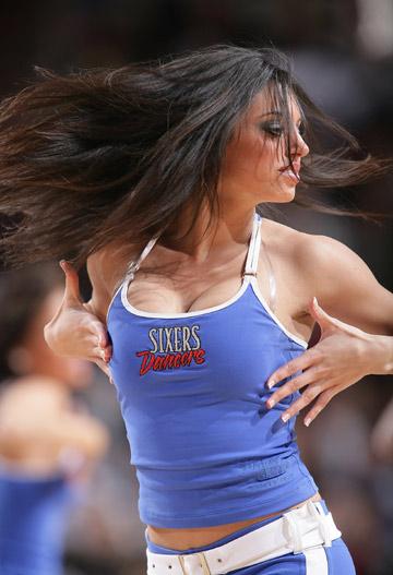 图文:[NBA]火箭胜76人 性感美女