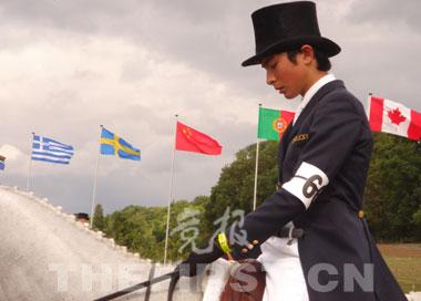 2006年,华天在英国Hartpury参加国际马术三项赛,因为他的参加,赛场上飘起五星红旗