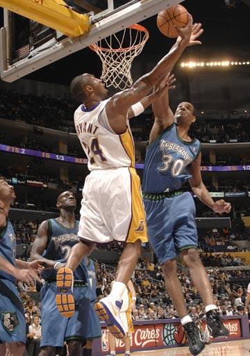 图文:[NBA]湖人VS森林狼 科比底线突破扣篮
