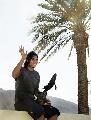 图文:纳达尔捧杯游加州海滩 挥手致意