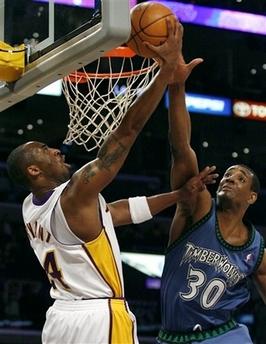 图文:[NBA]湖人胜森林狼 科比反身背扣