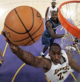 图文:[NBA]湖人胜森林狼 科比突破上篮