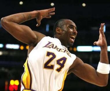 图文:[NBA]湖人胜森林狼 科比场上欢呼