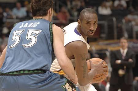 图文:[NBA]湖人胜森林狼 科比持球待攻