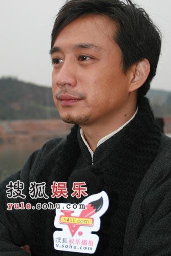 黄磊在新剧《家》中的造型,没有什么突破。