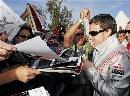图文:[F1]澳大利亚站正赛  阿隆索与车迷问候