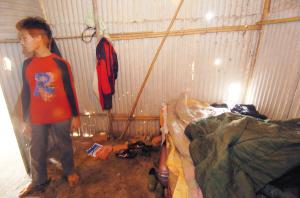 砖工们的住宿条件十分恶劣:房子外面污水横流,里面是简单的木板床,周围的墙则满是大洞小洞。